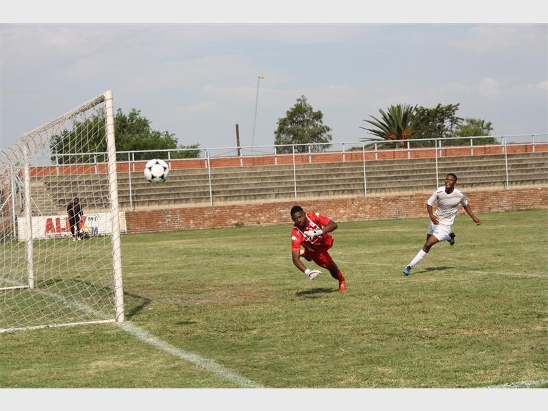 Photo: Zanele Siso of Zanephoto TUMELO Taunyane, goalkeeper of Bid Boys parries the ball for a corner.