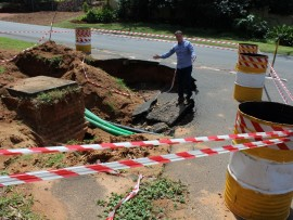 uMhlanga councillor, Heinz de Boer, is concerned about the massive sinkhole on the corner of Oakleigh Avenue and William Campbell Drive in La Lucia.