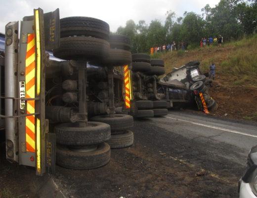 Five-hour highway shutdown as truck overturns | Zululand