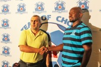 Usihlalo weMaritzburg United uFarook Kadodia noSteve Komphela othulwe njengomqeqeshi omusha waleliqembu ehhotela eMgungundlovu ngoMsombuluko.
