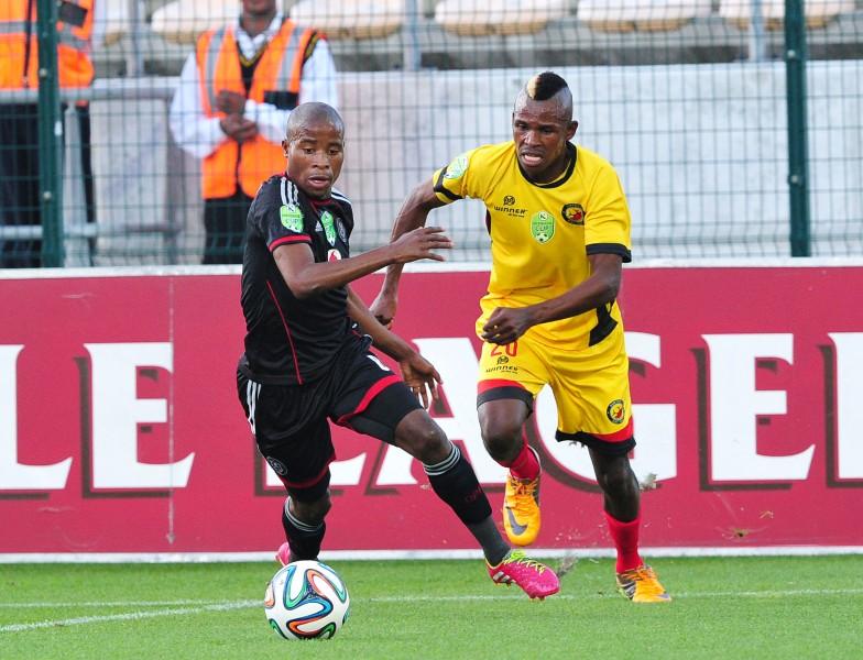 UThabo Matlaba we-Orlando Pirates edlula kuZaakier Williams we Santos emdlalweni weNedbank Cup e-Athlone Stadium, eCape Town ngoLwesihlanu isithombe abakwaBackpagePix