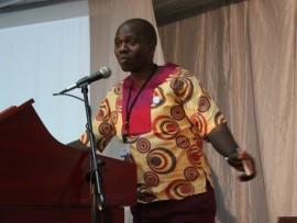 UDkt Bheki Mngomezulu ongusolwazi wezepolitiki ethula inkulumo kumhlangano obuhlelwe ngu-IEC nabamaqembu ezepolitiki.