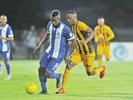 U-Anas Mohammed weMaritzburg United noTsepo Masilela weKaizer Chiefs ngesikhathi kunomdlalo we-Absa Premiership 2015/16 eHarry Gwala mhlaka 21 Novemba nonyaka.
