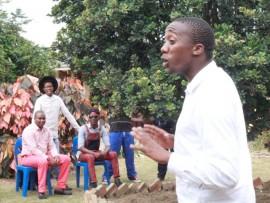 Poet: Usonkondlo uS'yabonga Mpungose ehaya inkondlo kwesinye sesikole eMlazi. Isithombe: Sabelo Ngema
