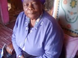 UNkk Thandi Mdlalose (71) ofuna kugezwe ngembuzi ithuna likagogo wabo okungcwatshelwe phezu kwalo omunye umuntu . Isithombe: Sithunyelwe.