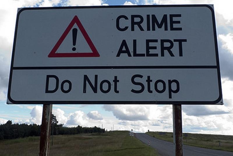 Značka upozorňující jihoafrické řidiče na oblast vysoké zločinnosti. V podobných místech například i červené světlo na semaforech znamená zvýšenou obezřetnost při vjezdu do křižovatky, v žádném případě ale řidiči nemají zastavovat. Foto: newcastleadvertiser.co.za