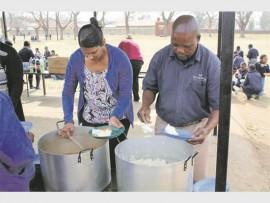Veneshrie Chetty and Jan Mndaweni dishing up a hot meal for SE Vawda pupils.