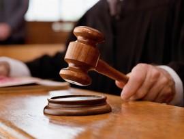Judge-holding-gavel-in-courtroom (Large)