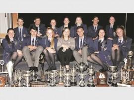 Graad 12 leerlinge met hul toekennings tydens jaarlikse akademiese toekenningsaand.
