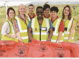 Kayla Schönborn, Alet Swanepoel, Michelle Jordaan, Lindiwe Ntshangase (front), Ronel Jordaan, Ankia van Wyk and Leanè Prinsloo all lent a hand distributing goodie bags to passing motorists on the R34 last Wednesday, on behalf of Vryheid Tourism and the AbaQulusi Municipality. Photo by Elaine Rodway.