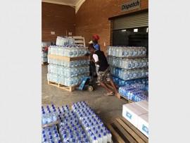 Die DA van Mokopane het fluks ingespring en bottels water na die buurdorp aangery om die nood daar te help verlig.