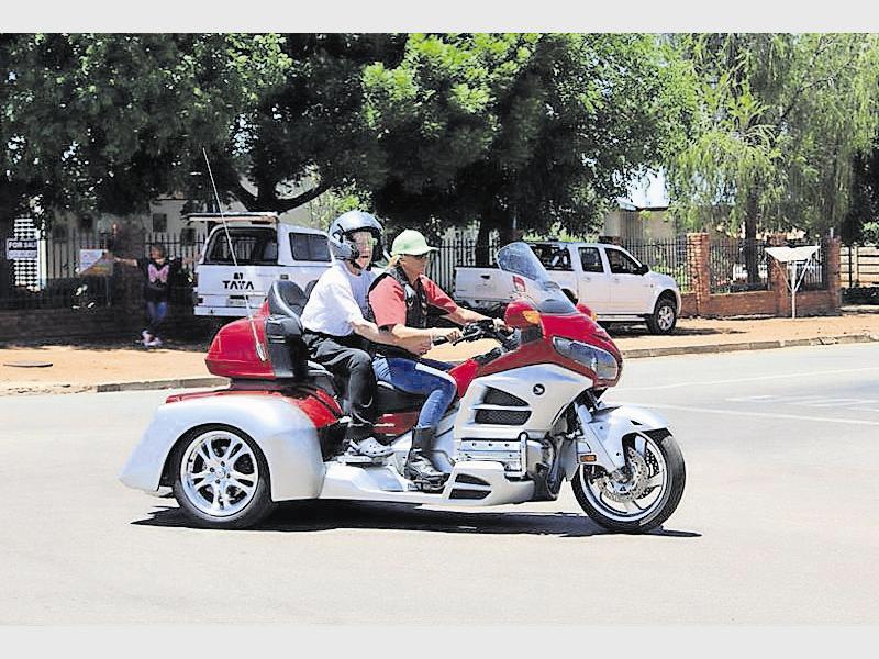 Oppie Opperman, 'n inwoner van die Piet Potgieter ouetehuis, geniet 'n rit op een van die talle motorfietse wat jaarliks deel is van die Brille en Pille fondsinsameling.