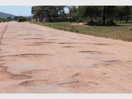 Gate in die paaie wat soos kraters op die maan lyk in die afgeleë nedersettings rondom Mokopane.