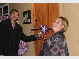 Akademie Reformia hoof, Hennie Combrink  en juffrou Karin Gouws knip die lint na die kuns uitstalling.
