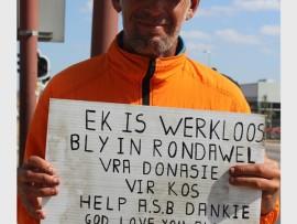 Johan le Roux vertel dat hy twee dae 'n week by 'n fabriek in die stad werk en dat hy vir donasies vra om 'n ekstra inkomste te verdien.