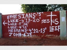 Jesus Leef, en verskeie Bybelverse is teen die muur van die Vrymesselaarlosie in Ruisterstraat met verf aangebring.