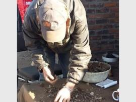 Oom Robbert Jansen maak stukkies metaal bymekaar wat hy verkoop om aan die lewe te bly.