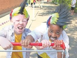 Merke, gereed, hardloop. Twee Noordskool leerders, Goitsi Monare en Musa Ledwaba is gereed vir vanjaar se trollieresies.