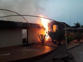 Die huur-huis van Pieter Blignaut gaan op in rook en vlamme nadat dit deur weerlig getref is.