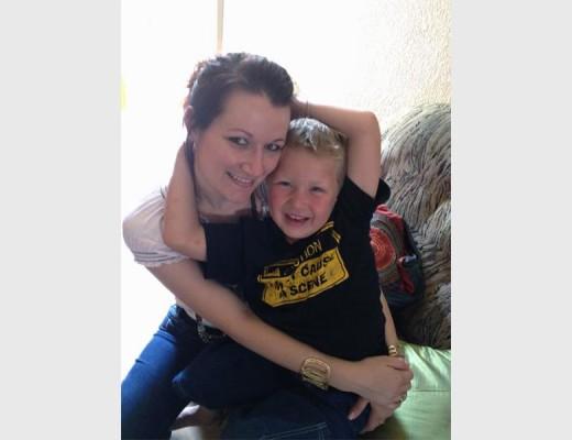 Aneke (31) en haar seun Corinus (11) Myburgh was Maandagoggend in 'n motorongeluk. Aneke is op die toneel dood verklaar en Corinus sterk tans tuis aan. Foto: Verskaf