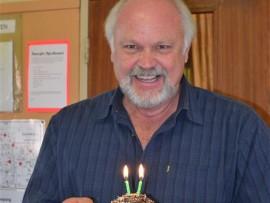 Peet Bredenkamp, skoolhoof van Laerskool Pietersburg, het rede om só breed te glimlag na sy personeel en leerders hom spesiaal op sy verjaarsdag bederf het. Foto's: Verskaf