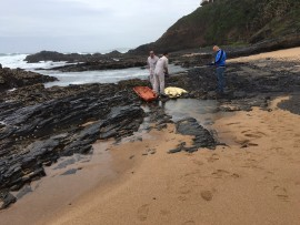 Paramedics removing the body from the beach. Photo: IPSS Medical Rescue.