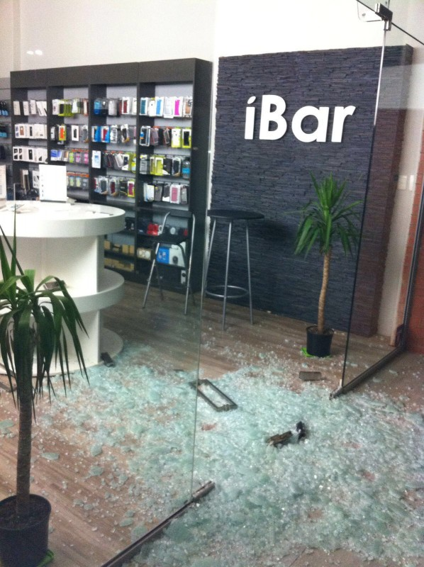 Burglars smashed the windows and raided the iBar for iphones.