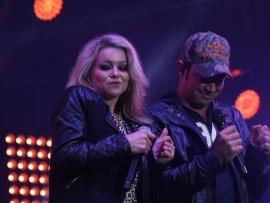 Jay en Lianie May sing een van hul duette.