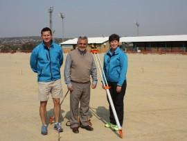 Die hoof van Hoërskool Garsfontein, Leon Bantjes, spog saam met die skool se twee hokkiedirekteure op die terrein waar hul splinternuwe sintetiese Astro-hokkiebaan gebou word. Links is Stew Dunbar (direkteur van seunshokkie) en regs staan Jeanie Pienaar (direkteur van dogtershokkie). Foto: Koos Venter