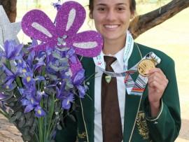 Taylon Bieldt, atletiek superster van Hoërskool Montana, spog met haar goue medalje wat sy by die onlangse Jeug Statebondspele in Samoa verower het.