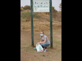 Núelle Janse van Vuuren tel die hondemis in die park op.