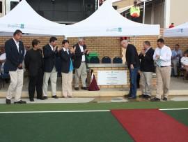 Mnr. Leon Bantjes (links van gedenkplaat) en prof. DP van der Nest (regs van gedenkplaat) open die Hoërskool Garsfontein se nuwe hokkie-fasiliteit amptelik, terwyl gaste en ander betrokkenes toekyk. Foto: Koos Venter