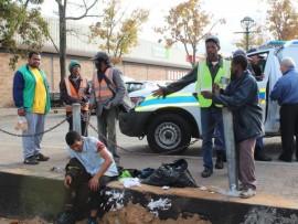 'n Man in George moes gister na 'n voorval waar hy met 'n mes gesteek is, vir ure vir die polisie en die Metro-ambulansdiens wag. Foto: Michelle Pienaar.