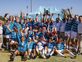 Die Hoërskool Garsfontein se eerste rugbyspan en hul bestuur vier fees nadat hulle vir die tweede jaar agtereenvolgens as VirSeker Beeldtrofee kampioen vir Makro Skole gekroon is. Foto: Frans Lombard