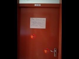 Een van die boodskappe op die deur van 'n Tuks-student. Foto: Verskaf