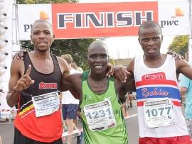 Van links, Lucky Mohale (Boxer), Moses Kiptoo (Nedbank) en Vusi Tshoba (Rockies) was verlede jaar die top drie atlete in die George Claassen halfmarathon.  Foto: Pretoria Marathon Klub