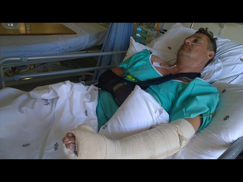 André van der Berg (44) in die hospitaal na hy met 'n mes aangeval is. Foto: Verskaf