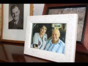 'n Foto van Annette en Eric Barnard op 'n klavier in hul huis in Waverley herinner Annette gereeld nostalgies  aan haar man.