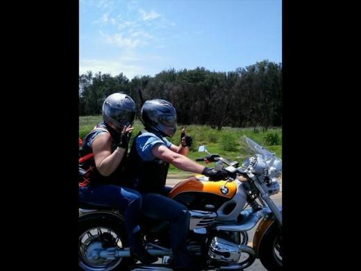Marietjie en Dirk Croukamp op sy motorfiets. Foto: Facebook.
