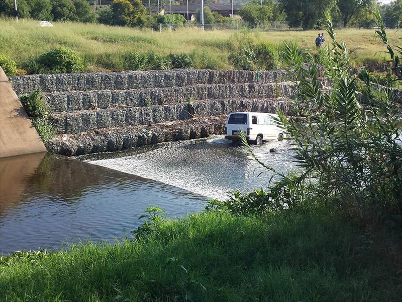 Die minibus 'n kanaal wat na die Apiesrivier vloei. Foto: Verskaf