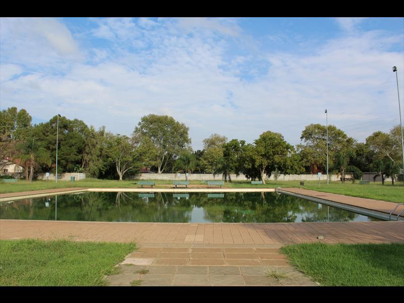 Die Les Marais swembad is groen nadat die filtreerder en pomp van die swembad onklaar geraak het. Foto: Andrea Küsel