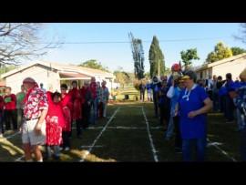 Inwoners van verskeie aftree oorde neem aan 'n senior sportdag deel. Foto's: Verskaf