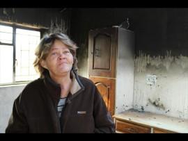 Lientjie Coetzee staan in haar verwoeste kombuis. Foto: Andrea Küsel