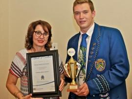 Rudolf Verryne van HTS John Vorster ontvang die toekenning vir die beste leerling in tegniese vakke in die streek van me. M. vd Westhuizen die distrikkoördineerder van Tshwane-Noord. Foto: Verskaf