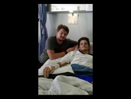 Lee Momberg (regs) saam met sy broer, Allan Momberg in die hospitaal. Foto: Verskaf
