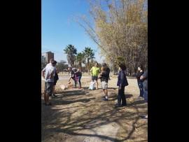 Besorgde Moot-inwoners wat help om die park te herstel. Foto: Verskaf