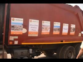 AfriForum het tydens dié geleentheid 'n vullisvragwa gevul met voorwerpe wat ingevolge toepaslike wetgewing nie op 'n stortingsterrein hoort nie. Foto: Kayla van Petegem