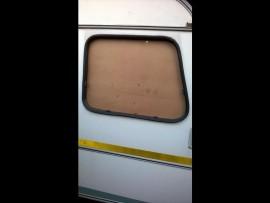 Die woonwa se venster nadat die ruit gebreek is. Foto's verskaf