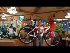 Theo Breedt (links) van Moot Crime Prevention het die fiets aan Wessel Stessens oorhandig. Foto: Verskaf