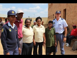 Sersant Judise Hlabuwago, Moses Mthetuwo, projekbestuurder Agnes Malatsi, Evelyn Vilankulu, Martha Mellalose saam met adjunk-offisier Anton Breedt. Foto: Kayla van Petegem